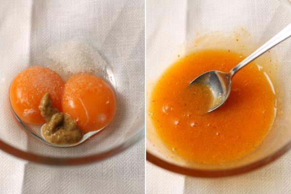 Тем временем приготовьте заправку. Яичные желтки смешайте с солью, сахаром и горчицей.