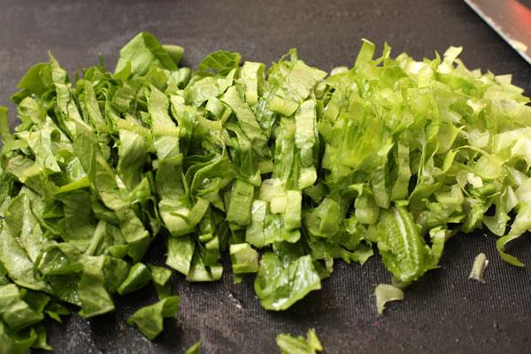 Салат вымойте, обсушите и нарежьте полосками.