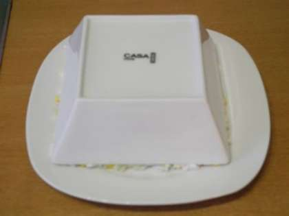 Перевернуть салат из салатницы на тарелку