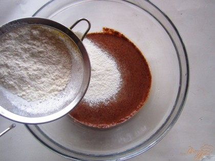 Муку смешайте с содой и просейте в молочную смесь и взбейте венчиком до однородности теста.