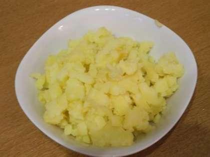 Картошку почистить и мелко порезать