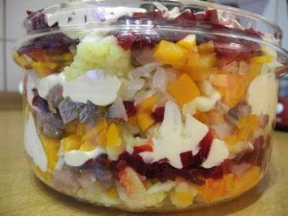 Выложить овощи, сельдь и лук слоями промазав их майонезом и посолив