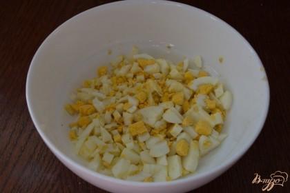 Для приготовления салата яйца отварные нарезать кубиком.