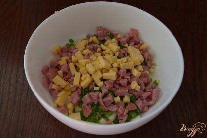 У меня твердый сыр на топленом молоке. Он довольно интересный на вкус и в салате смотрится отлично. Его нарезаем мелко кубиком.