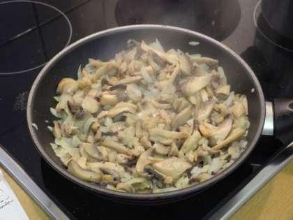 Обжарить грибы с луком на подсолнечном масле