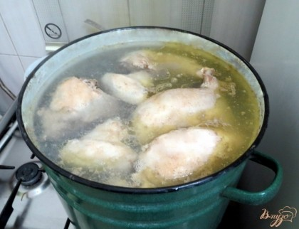 Кипение должно быть очень медленным. Но как только бульон закипит, нужно обязательно снять шумовкой пену и в течении всего приготовления снимайте пену и жир. За час до конца варки отправьте в суп морковь, лук, петрушку, соль перец,
