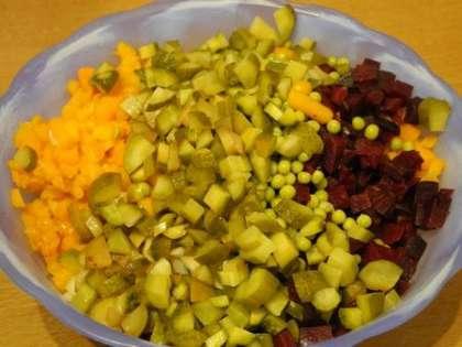 Порезать мелко лук и добавить зеленый горошек