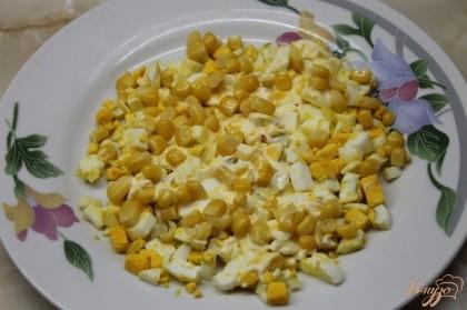 Так как это слоеный салат то первым слоем будет яйцо и кукуруза и смазываем все майонезом. Далее будет помидор,майонез, курица, майонез, огурец, майонез и сверху посыпаем копченым сыром косичкой, которая нарывается на тонкие нити.