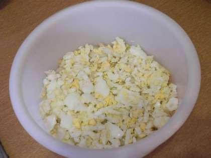 Выложить на лук тертые яйца