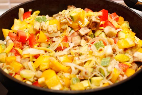 Положите овощи на большую сковороду и тушите 7-10 минут без крышки, периодически помешивая.