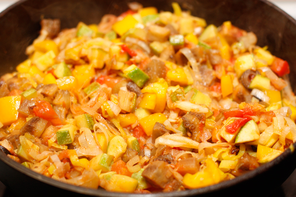 Овощи должны стать мягкими, но не превратиться в кашу. Добавьте соль и перец, перемешайте и уберите с огня.