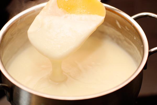 Влейте остальное молоко, поставьте на огонь (вначале он может быть довольно большим) и постоянно помешивая, доведите до кипения. Сразу же уменьшите огонь до минимального и поварите еще 1-2 минуты. Посолите.