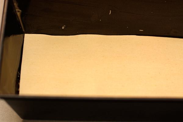 Форму смажьте маслом и собирайте слои лазаньи. Сначала положите лист лазаньи. Посмотрите инструкцию на упаковке, чтобы понять, надо ли предварительно отваривать листы.