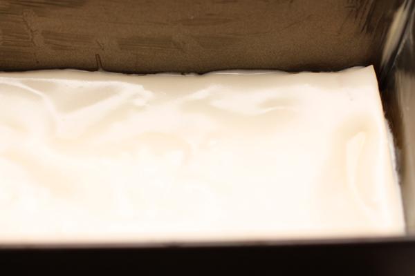 Равномерно распределите часть соуса по листу, чтобы он полностью его покрыл. Если вы готовите лазанью из сухих листов, соус должен быть не слишком густым.