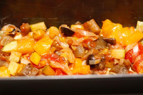 Теперь очередь овощей. Распределите их равномерно по соусу и закройте следующим листом лазаньи. Повторите все 3-4 раза. Последним должен быть слой соуса, который нужно посыпать тертым сыром.