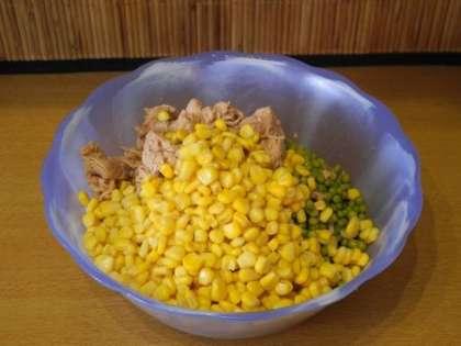 Смешать рис, тунец, горошек и кукурузу