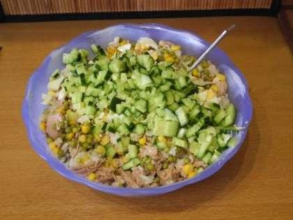 Добавить в салатницу свежий огурец, яйца и соленые огурцы