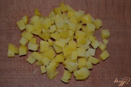 Картофель нарезать небольшими кубиками.
