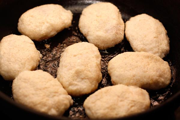 Сделайте котлеты, запанируйте их в манной крупе и обжарьте на среднем огне с двух сторон. Если котлеты небольшие, то они прекрасно прожарятся, но можно накрыть их фольгой и подержать в горячей духовке минут 10.