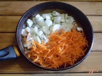Жарим овощи для заправки супа.