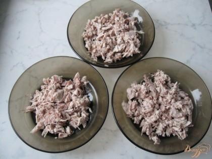 Отварную курицу освобождаем от кожи и костей. Мелко нарезаем мясо и раскладываем по тарелкам.