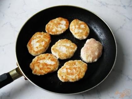 Формируем котлеты и обжариваем на сковороде с  растительным маслом.
