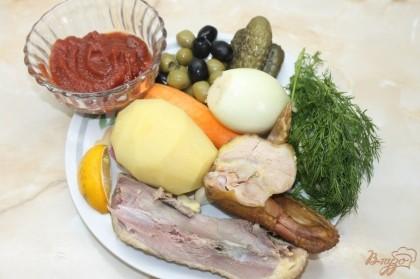 Для начала приготовления солянки нам нужно очистить овощи это картофель, лук, чеснок. Далее готовимся к приготовлению блюда.