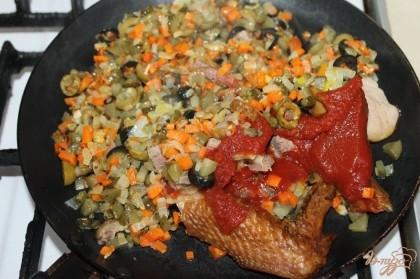 Когда овощи почти готовы добавляем копчености и томатную пасту вместе с кетчупом, и тушим до полной готовности.