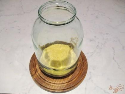 В двухлитровую банку, предварительно тщательно вымытую,  высыпаем стакан пшена промытого в холодной воде.