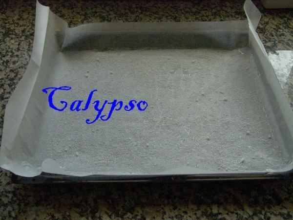 Разогреваем духовку до 180С. Подготавливаем лист для выпечки рулета, устлав его пергаментной бумагой таким образом, как на фото.  Смазываем пергамент растительным маслом и посыпаем сахарным песком.
