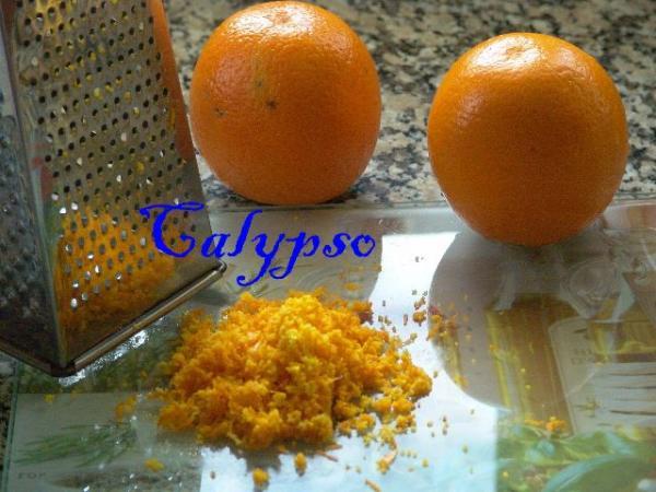 Натираем на терке цедру с одного апельсина.
