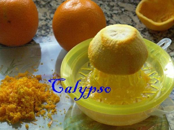 Из этого же одного апельсина выжимаем апельсиновый сок.
