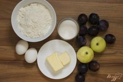 Подготовьте основные продукты для приготовления пирога.