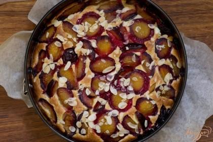 Выпекайте в предварительно разогретой духовке в течение 35-45 минут при 180-190 градусах. Затем пирог необходимо вынуть и остудить немного, вынуть из формы.
