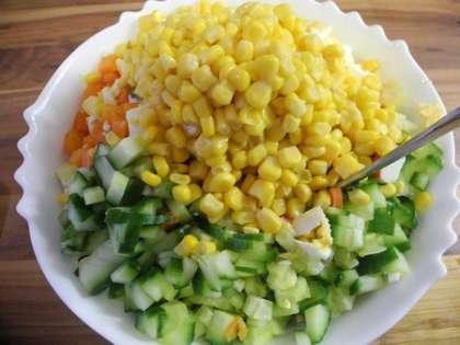 Все ингредиенты салата в салатнице заправить майонезом