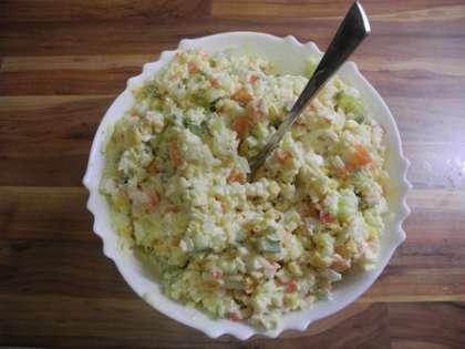 Тщательно перемешать салат, поднимая нижнии слои наверх