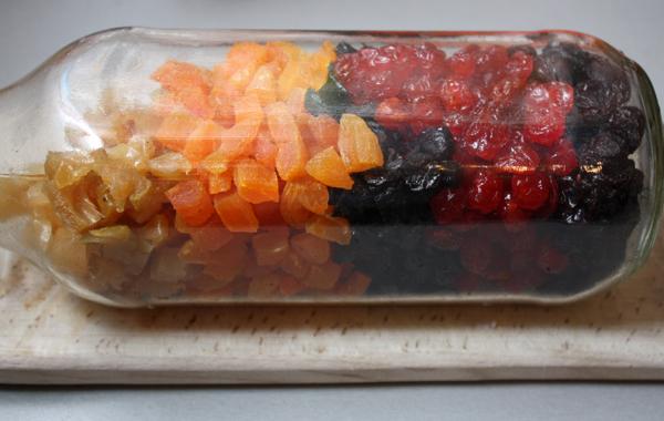 Режем курагу, чернослив и грушу кусочками размером с изюм, складываем все сухофрукты в закрывающуюся емкость и заливаем ромом. Оставляем так на несколько часов или дольше, чтобы ром впитался.