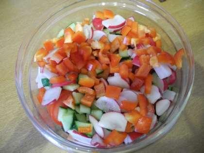 Перец мелко нарезать и добавить в салатницу