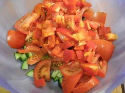 В салатницу порезать помидоры, огурец и перец.