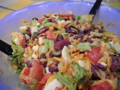 Салат с фасолью с жареной морковью с грибами