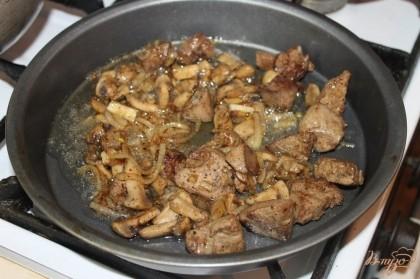 На прогретую сковороду наливаем растительное масло и начинаем жарить печень до золотистой корочки, добавляем лук и грибы обжариваем 3-5 минут все вместе и вливаем сметану, слегка потушить, добавить щепотку соли и перца.