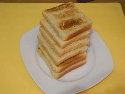 Хлеб обжарить в тостере
