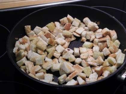 Обжарить хлеб до золотистого цвета