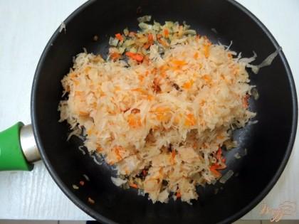 К пассерованным луку и моркови добавляем капусту и вместе немного пассеруем.