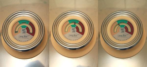 Накройте кастрюлю крышкой и поставьте на средний огонь. В холодном состоянии указатель индикатора на крышке находится в начале жёлтого поля. Когда указатель дойдёт до начала зелёного поля, огонь под кастрюлей нужно уменьшить до минимального и в таком режиме довести его до двух третей зелёного сектора. В течение всего вермени приготовления не нужно поднимать крышку кастрюли, чтобы влага, которая выделяется из продуктов, не испарялась.  <br><br>  Когда индикатор на крышке укажет на третью точечку зелёного поля (это и есть отметка 2/3), снимите кастрюлю с огня и оставьте на несколько минут пока указатель не достигнет границы жёлтого и зелёного полей.