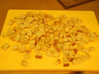 Нарезать хлеб маленькими квадратиками