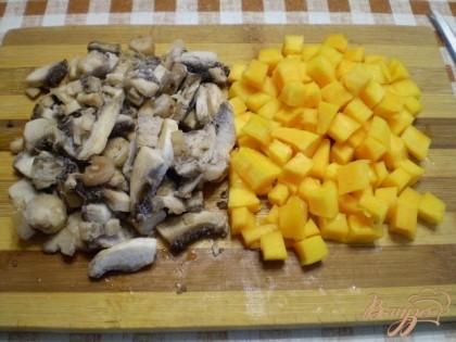 Подготовьте грибы и тыкву. Порежьте на не большие кубики.