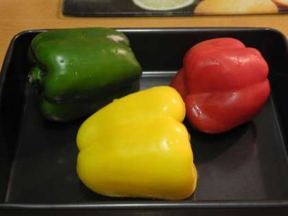 Выложить перцы на противень и поставить в духовку на 20 минут