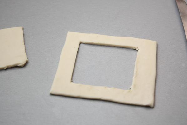 Теперь есть варианты. Первый — это вырезать у половины квадратов серединку. В этом случае тарталетки будут аккуратной квадратной формы, но останутся кусочки теста.