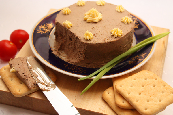 Теперь нужно придать паштету нужную форму и охладить. При подаче можно украсить паштет сливочным маслом. Можно намазывать его на хлеб или крекеры.